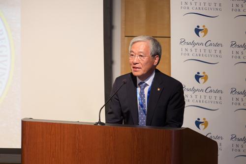 케어기버지원의 필요성에 대한 발표하는 김진성 총장
