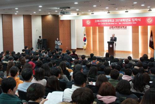연설하는 김진성 총장