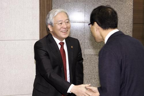 교직원과 악수하는 김진성총장